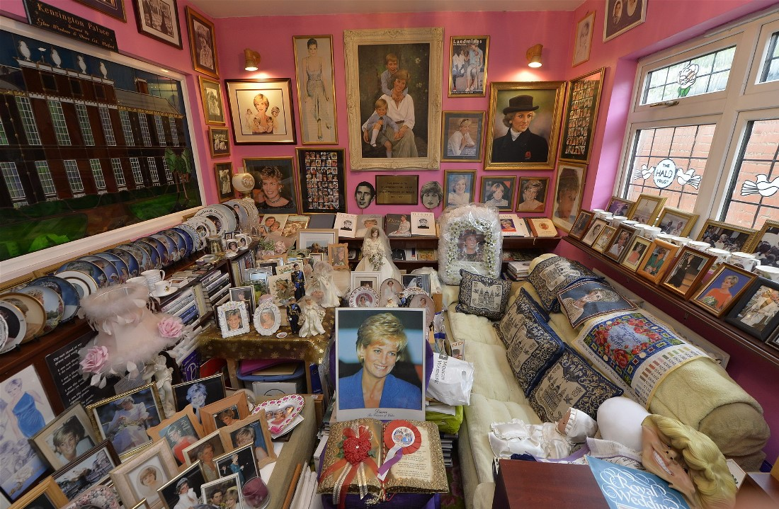 Комната «Диана» находится в доме Маргарет Тайлер на западе Лондона. Коллекционер оформил внутреннюю часть своего дома как святыню королевской семьи Британии и собрал сотни предметов, связанных с этим.