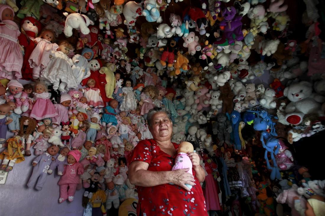 70-летняя Андреа Рохас позирует со своей коллекцией кукол у себя дома в Эредии, Коста-Рика. Рохас занимается сбором кукол уже более двадцати лет, ее коллекция насчитывает 4500 экземпляров.