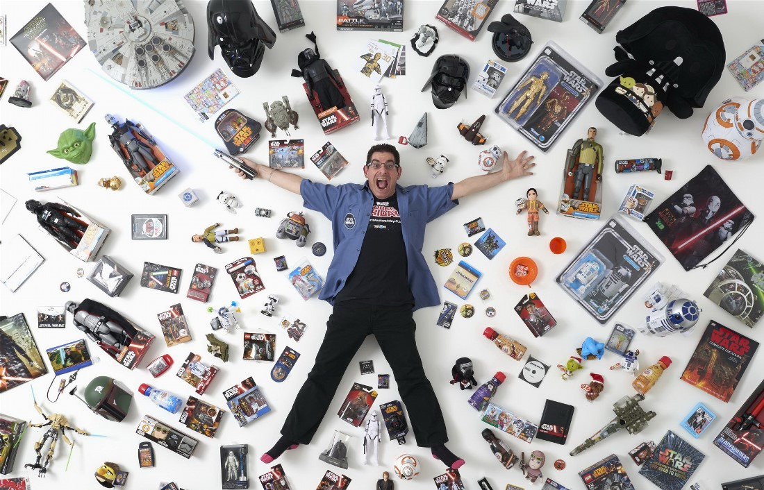 Коллекционер вещей, связанных со «Звездными войнами», Джеймс Бернс, 44 года, позирует на фоне части своей коллекции в Лондоне.