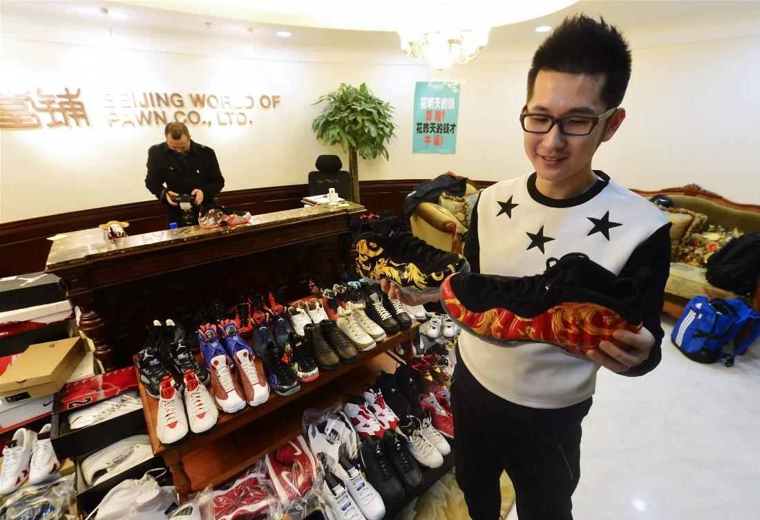 Мужчина заложил ломбарду 283 пары кроссовок Nike Air Jordan из своей коллекции за миллион юаней (160 000 долларов США), которые необходимы для первоначального взноса на новую квартиру. Он собирал кроссовки более 10 лет.