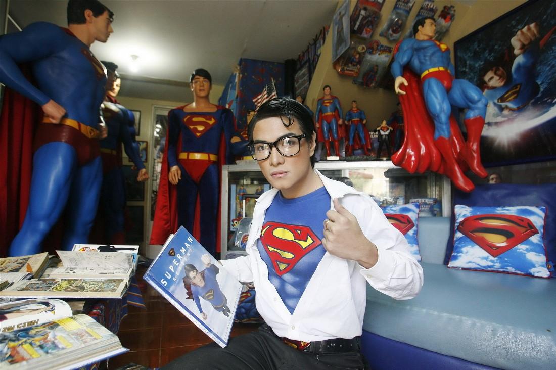Герберт Чавес позирует со своей коллекцией Супермена в своем доме в Calamba Laguna, к югу от Манилы.