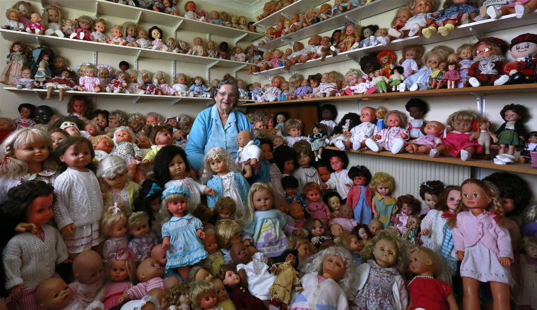 Мэри Хики позирует с коллекцией кукол у себя дома в Ашборне, Ирландия. Хики собирает кукол более тридцати лет.