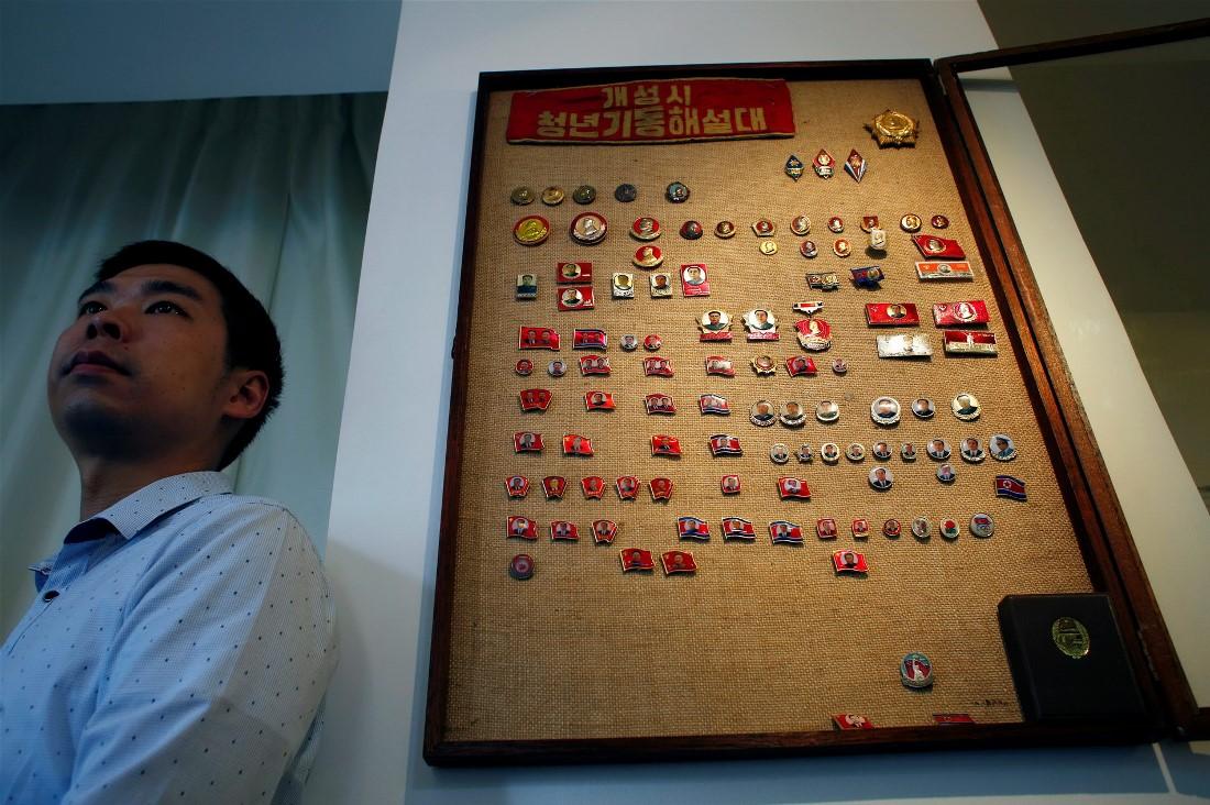 Коллекционер Томас Хуэй, бывший сотрудник банка в Гонконге, который увлечен северокорейскими значками, собрал более 100 значков с бывшими лидерами Ким Ир Сеном и Ким Чен Иром.