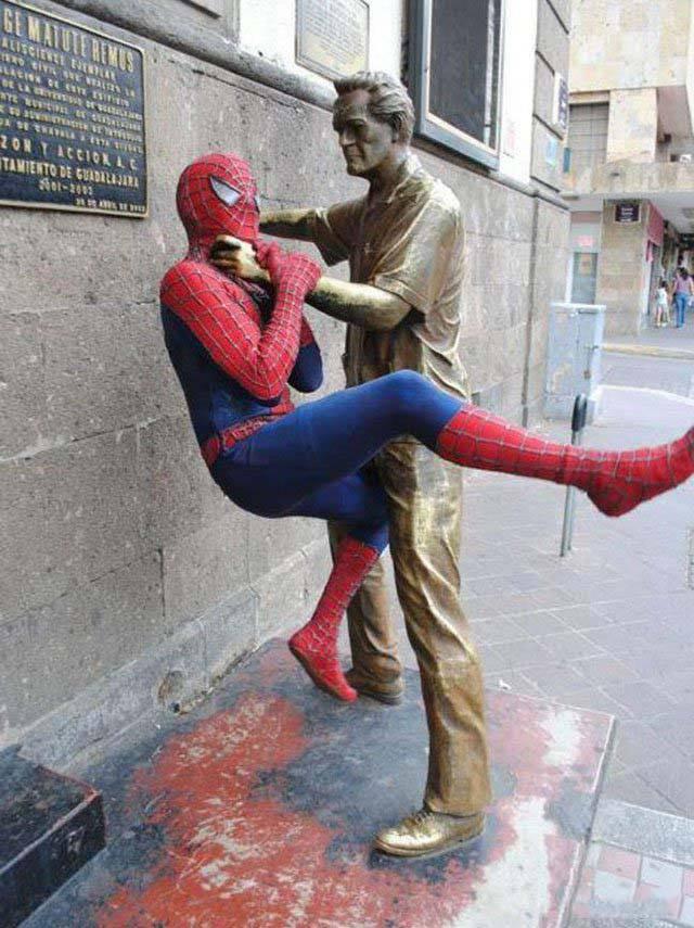 Смешные фотографии со статуями (44 фото)