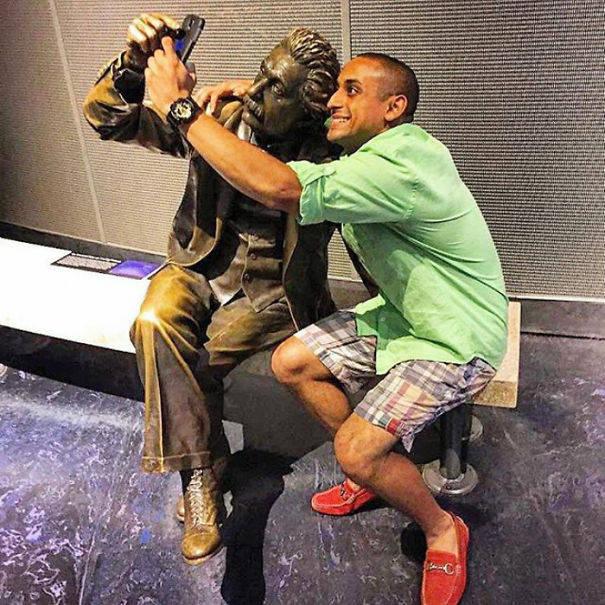 Смешные фотографии со статуями - 2 (64 фото)