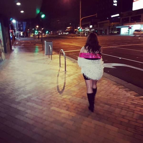 Возвращающиеся с вечеринок девушки (30 фото)