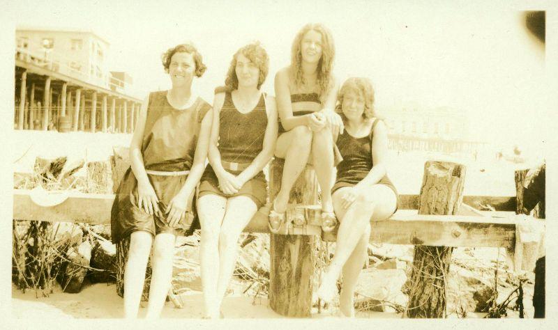 Женщины в костюмах для купания 1920-х годов (45 фото)