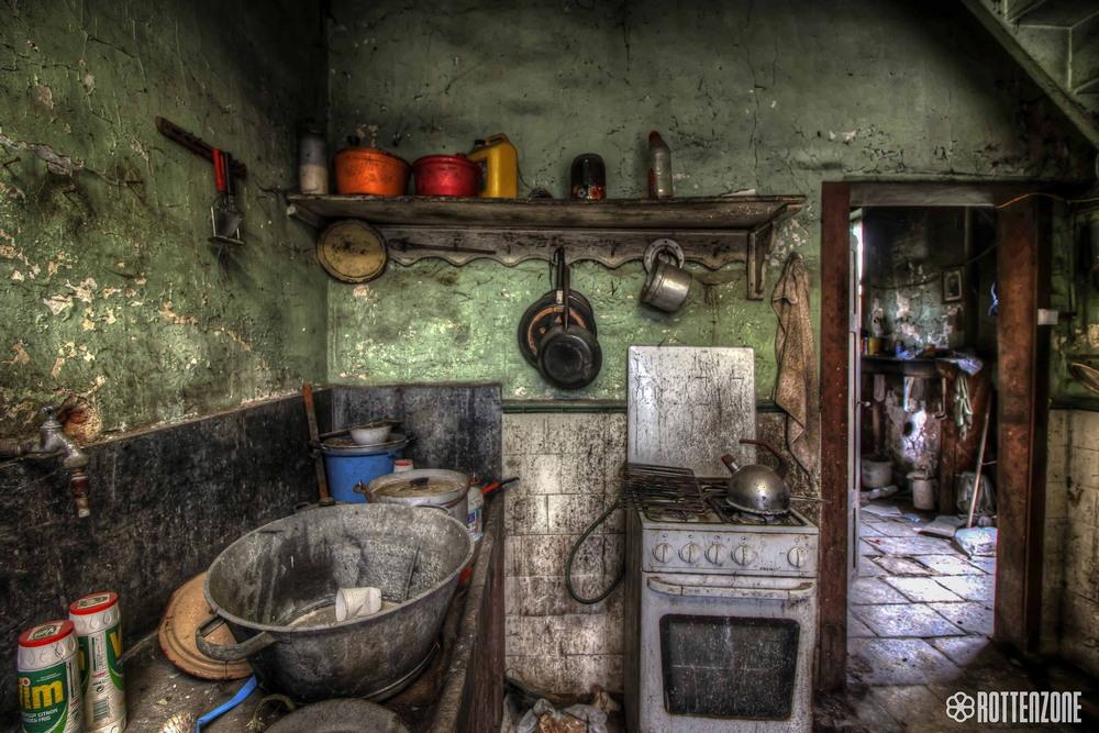 Интерьеры пустующего несколько десятилетий особняка в Бельгии
