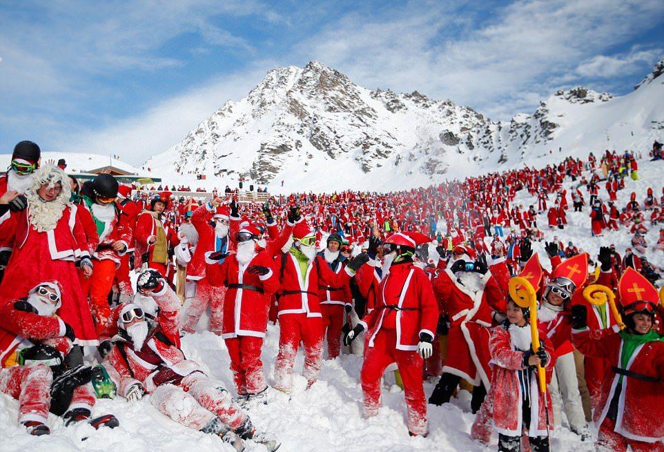 2600 Санта-Клаусов открыли горнолыжный сезон в Альпах (12 фото)