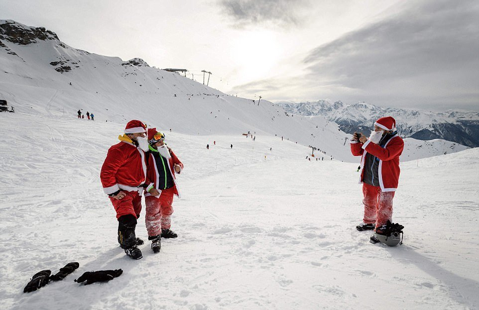 2600 Санта-Клаусов открыли горнолыжный сезон в Альпах