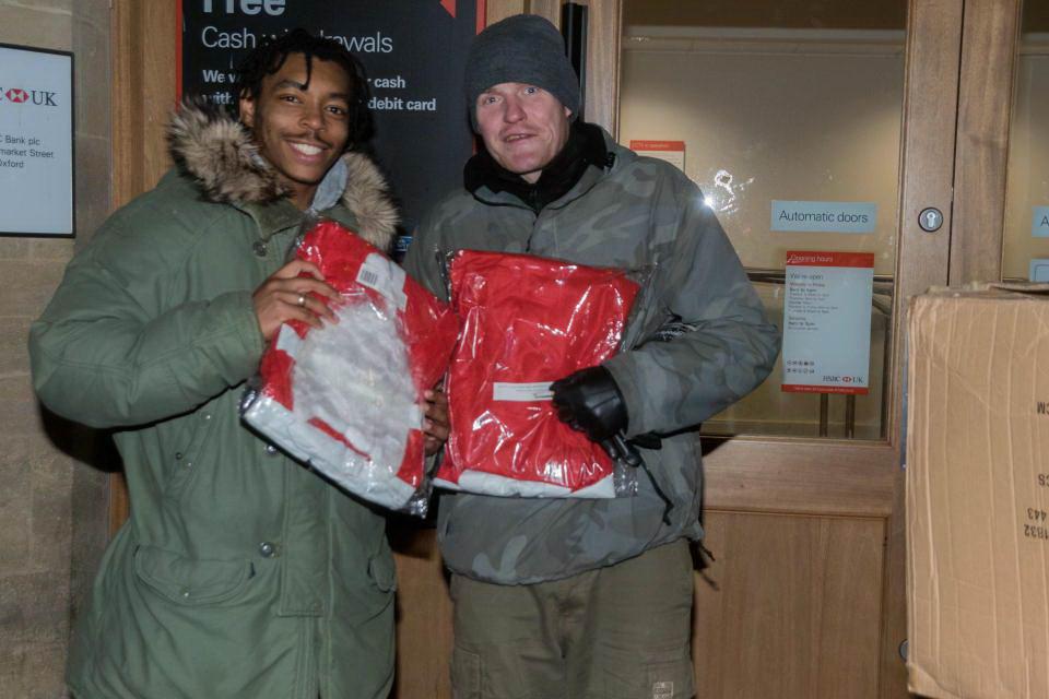 Студенты Оксфорда вручили подарки бездомным и устроили пьянку (20 фото)