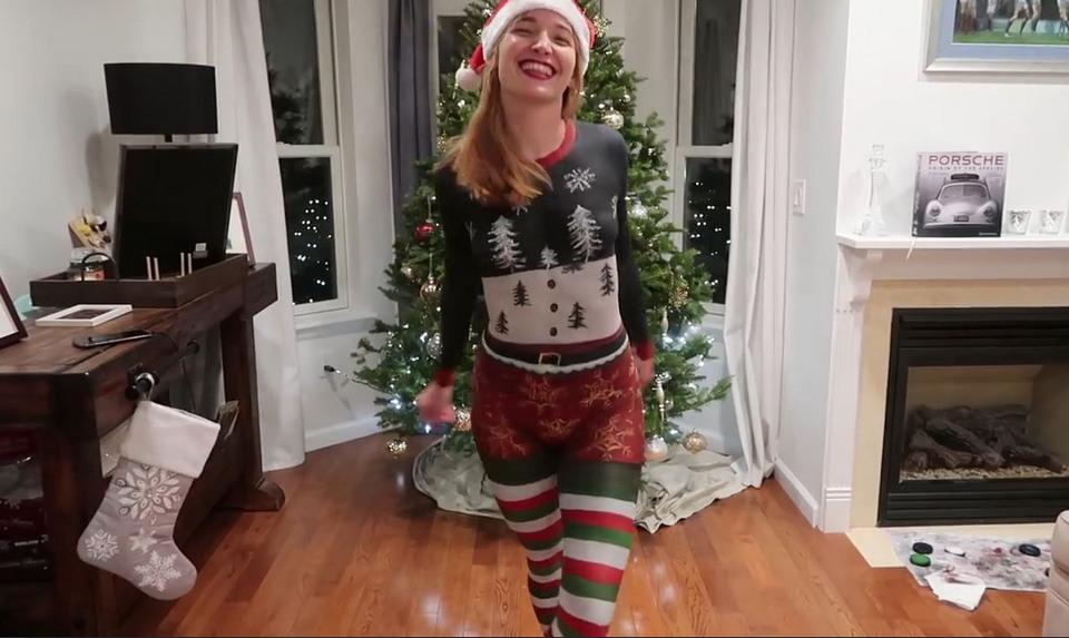 ДМодель в нарисованном рождественском костюме
