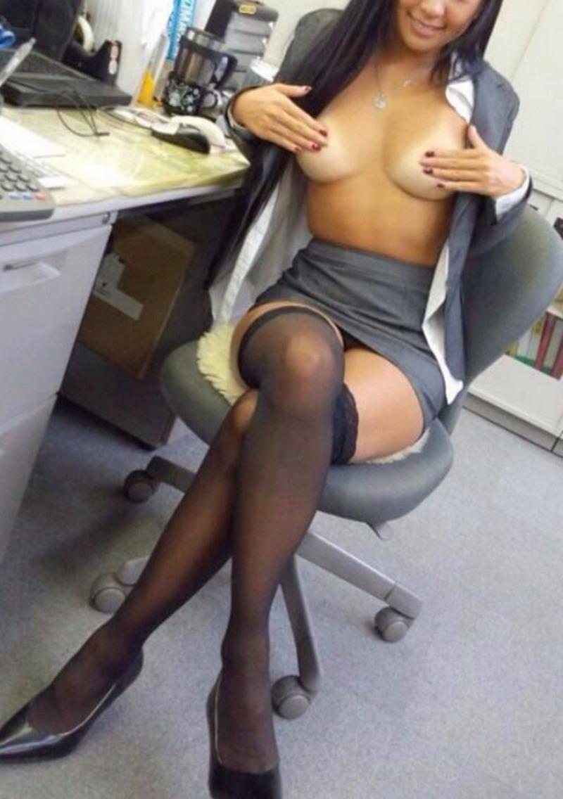 Заскучавшие на своей работе девушки