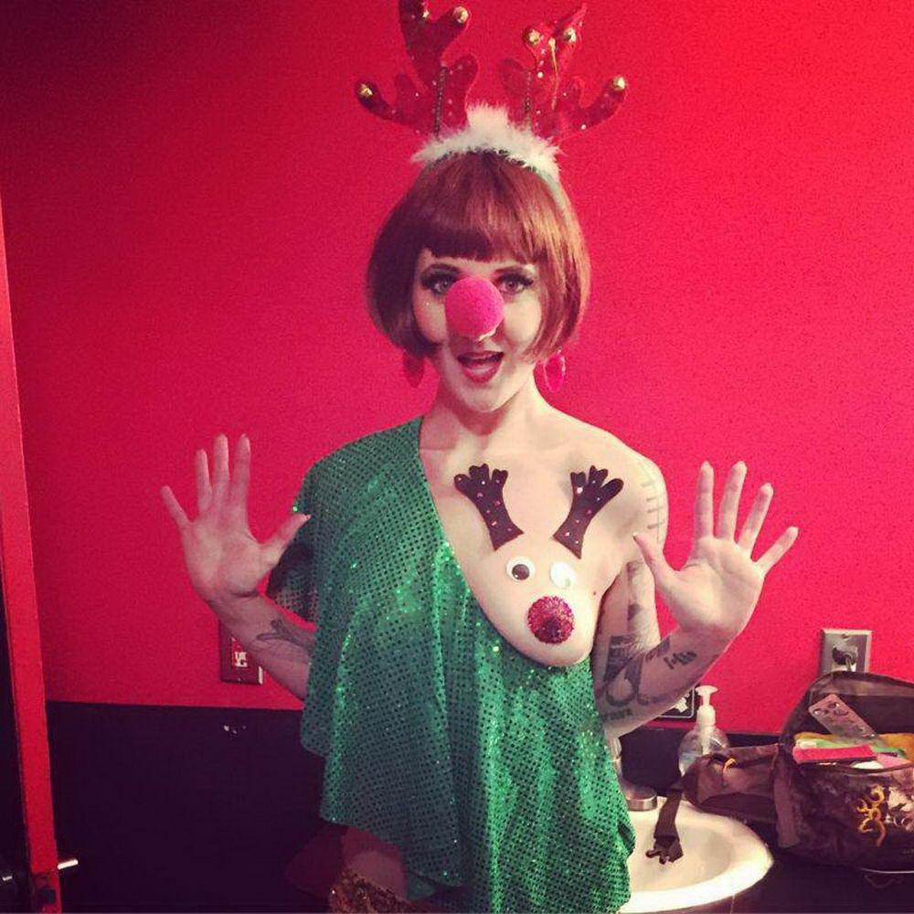 Шикарный праздничный тренд - грудь в виде оленя (30 фото)