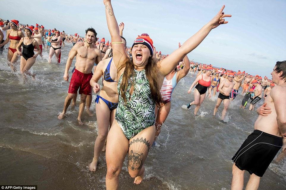 Новогодние заплывы в разных странах мира (44 фото)