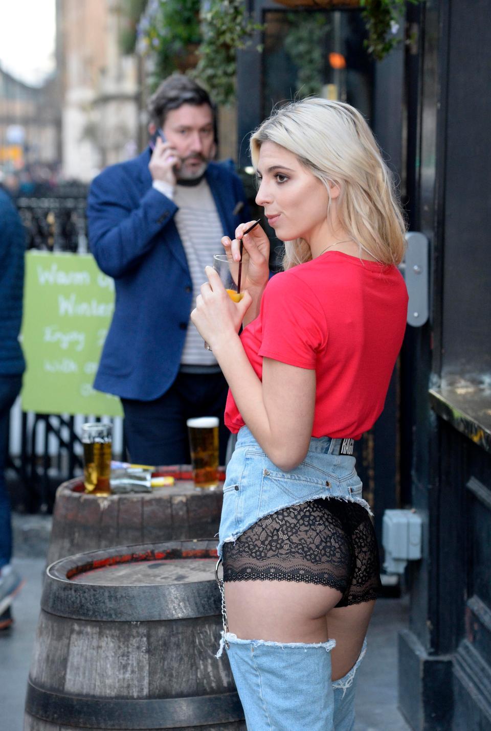 Девушка в странных джинсах прогулялась по Лондону (12 фото)