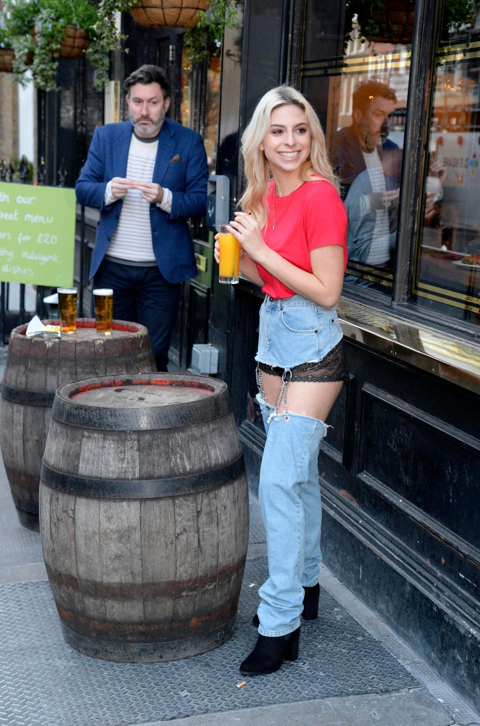 Девушка в странных джинсах прогулялась по Лондон