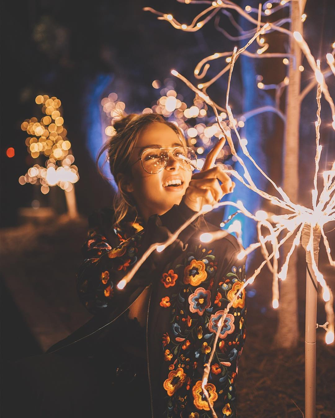 Красивая портретная фотография в неоновых огнях