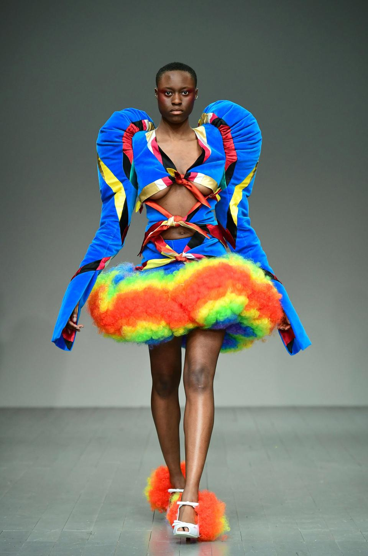 Платья-презервативы и юбки из матрасов показали на Неделе моды в Лондоне