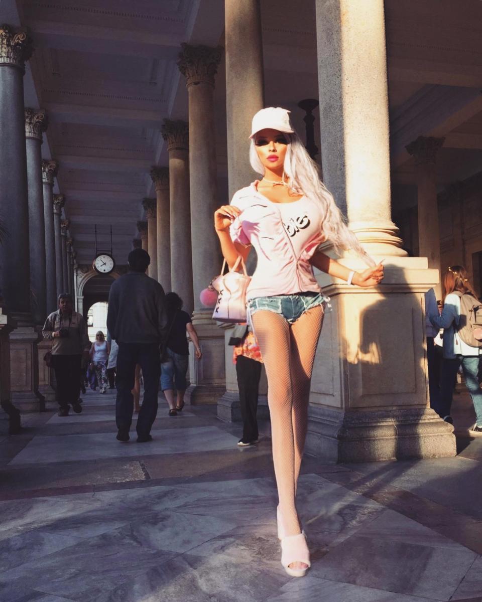 18-летняя Барби из Праги