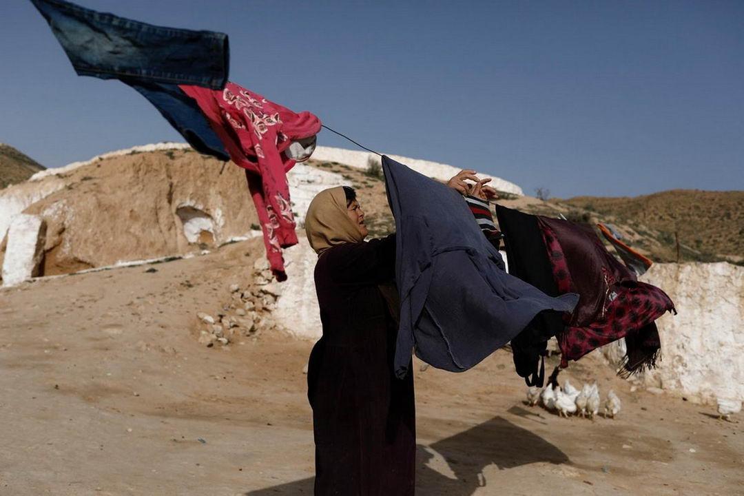 жители подземных домов в Тунисе