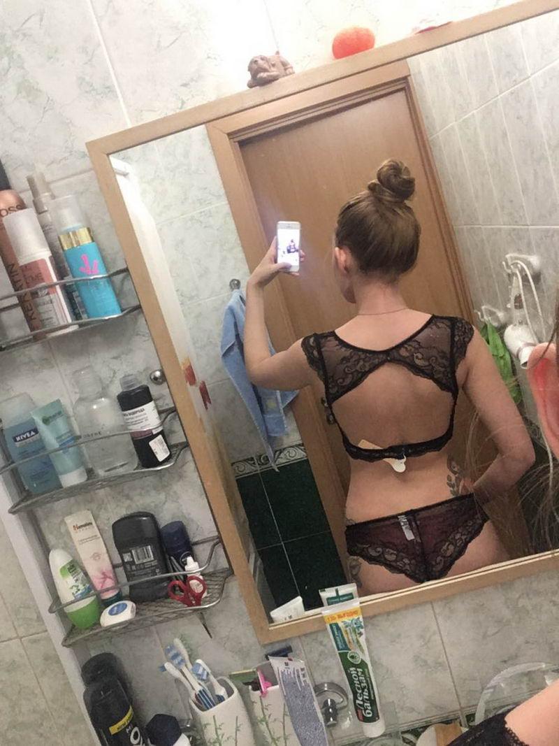 Девушки примеряют белье, купленное в онлайн магазинах