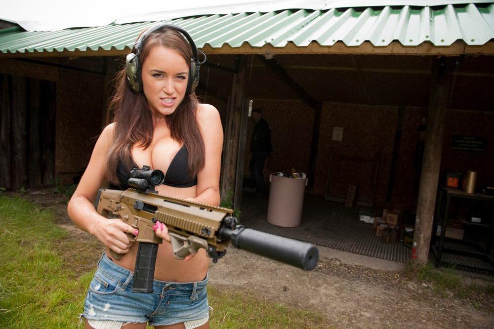 Девушки и оружие - 4 (45 фото)