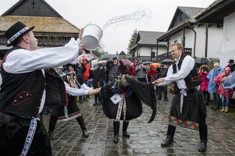 Забавная пасхальная традиция в Венгрии (25 фото)