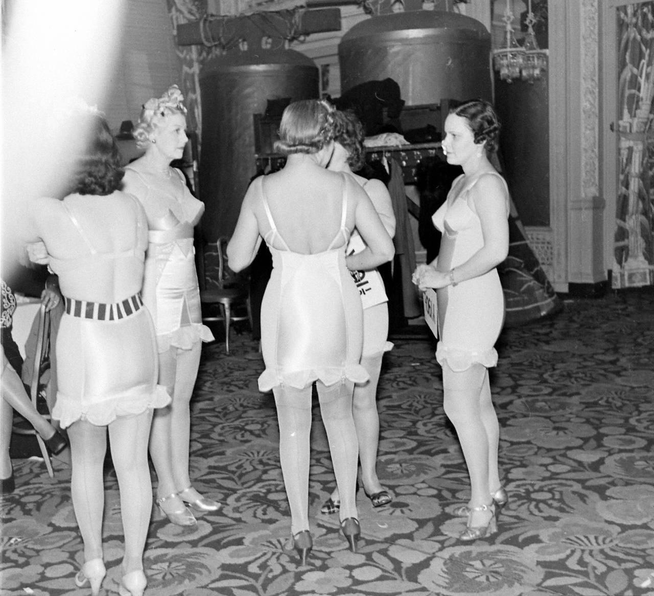 За кулисами показа нижнего белья 1940 года (35 фото)