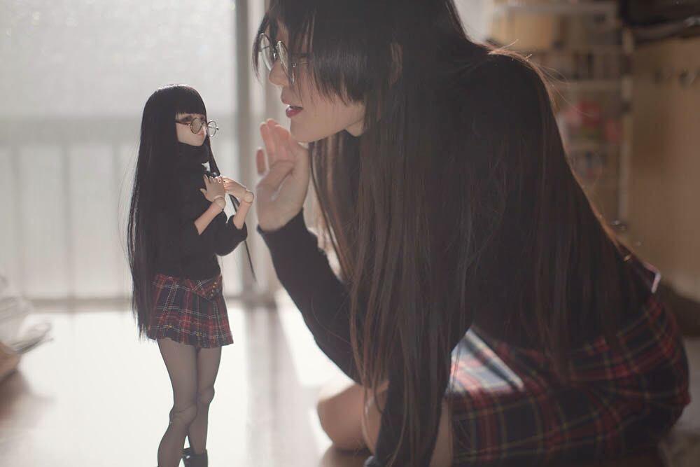 Японка делает забавные фото со своей уменьшенной копией (25 фото)