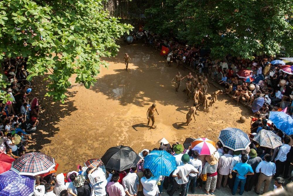 Во Вьетнаме прошел фестиваль с футболом в грязи (20 фото)