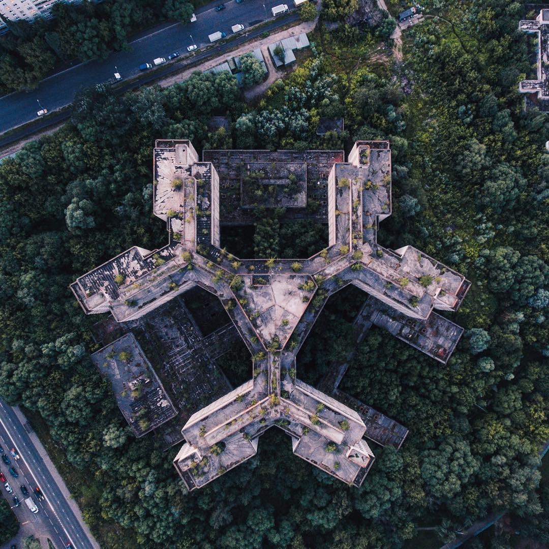 Странные и сюрреалистические заброшенные места с высоты (40 фото)