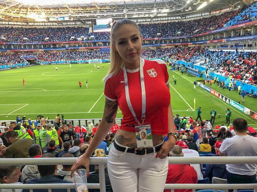 Симпатичные девушки на трибунах российских стадионов (45 фото)