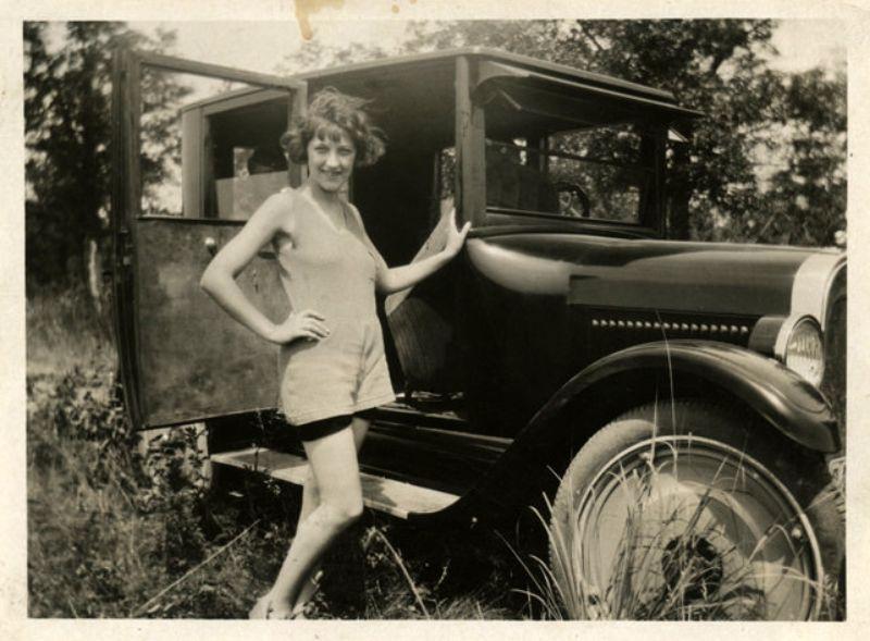 26 Очаровательные фотографии девушек, позирующих с автомобилями в 1920-х годах