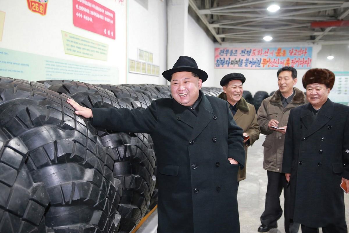 Ким Чен Ын инспектирует товары и объекты (16 фото)
