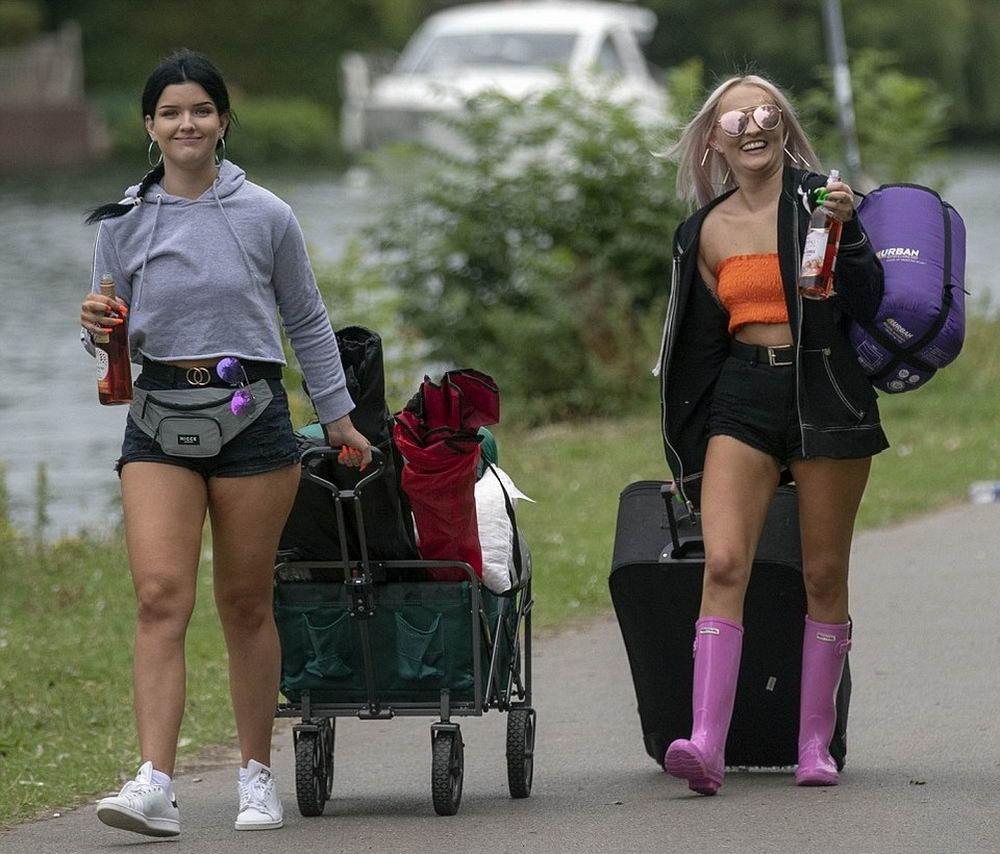 Похолодание не испугало британских меломанов (25 фото)