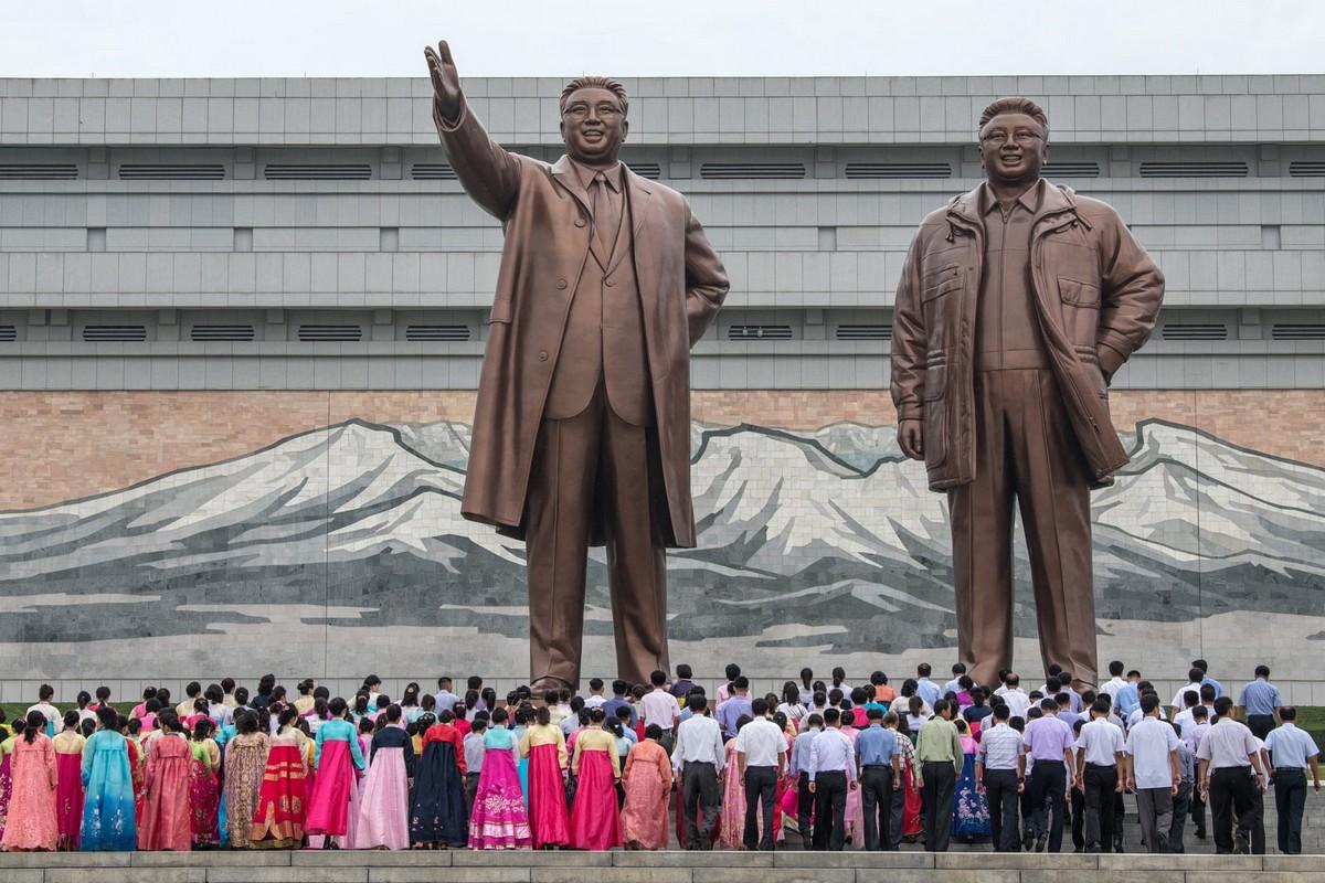 Северокорейцы за работой и во время отдыха (35 фото)