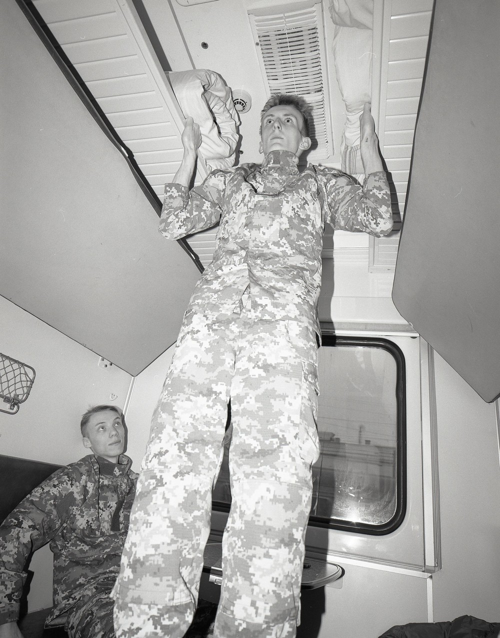 Вагончик тронулся: фэшн-съемка в поезде (30 фото)