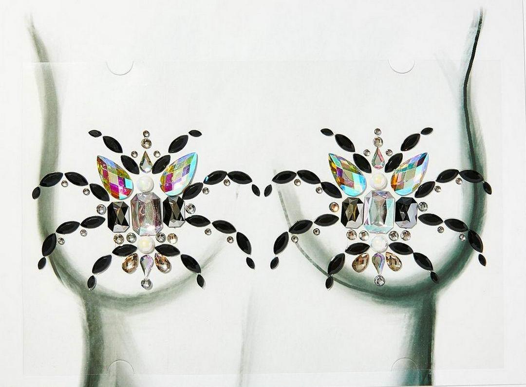 Оригинальное украшение на Хэллоуин: блестящие пауки на груди (23 фото + видео)