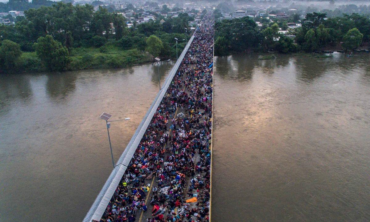 Многочисленный караван мигрантов приближается к США (30 фото)