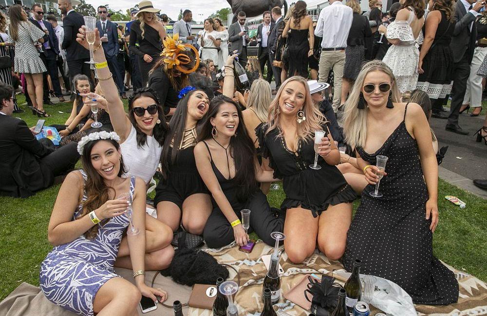 Дамы на Мельбурнском Кубке 2018 в Австралии (35 фото)
