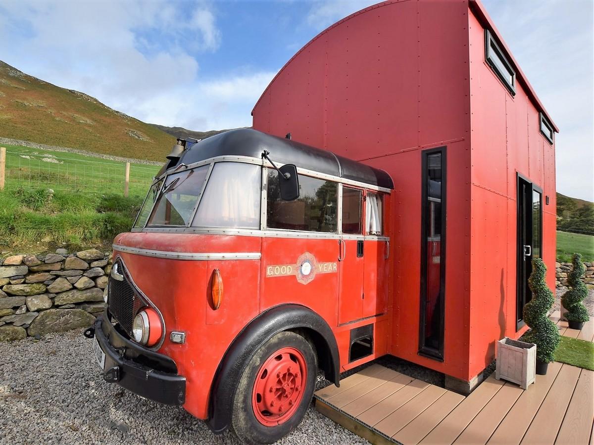 Уютное жилище из старой пожарной машины (20 фото)