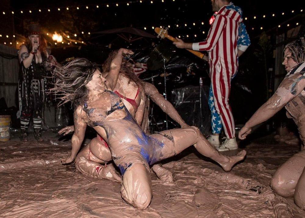 Mud Queens — объединение любительниц подраться в грязи (30 фото)