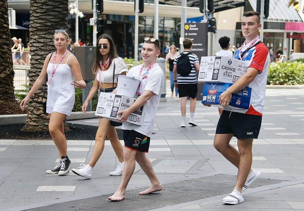 Австралийские старшеклассники бурно отметили сдачу экзаменов (22 фото)