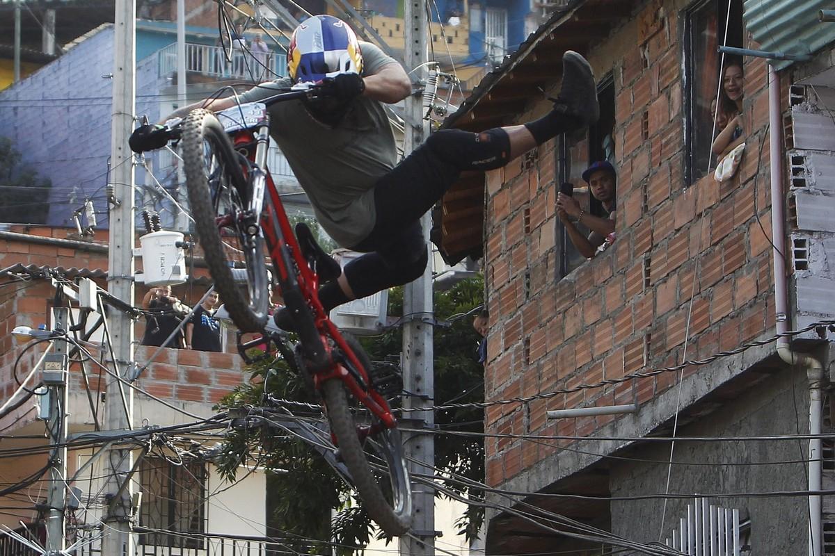 Скоростной спуск на велосипедах в Медельине (15 фото)