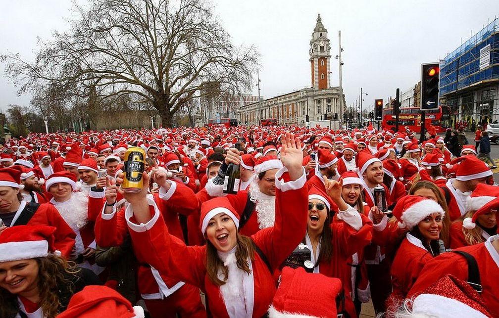 Сотни пьяных людей в праздничных костюмах на улицах британской столицы (40 фото)