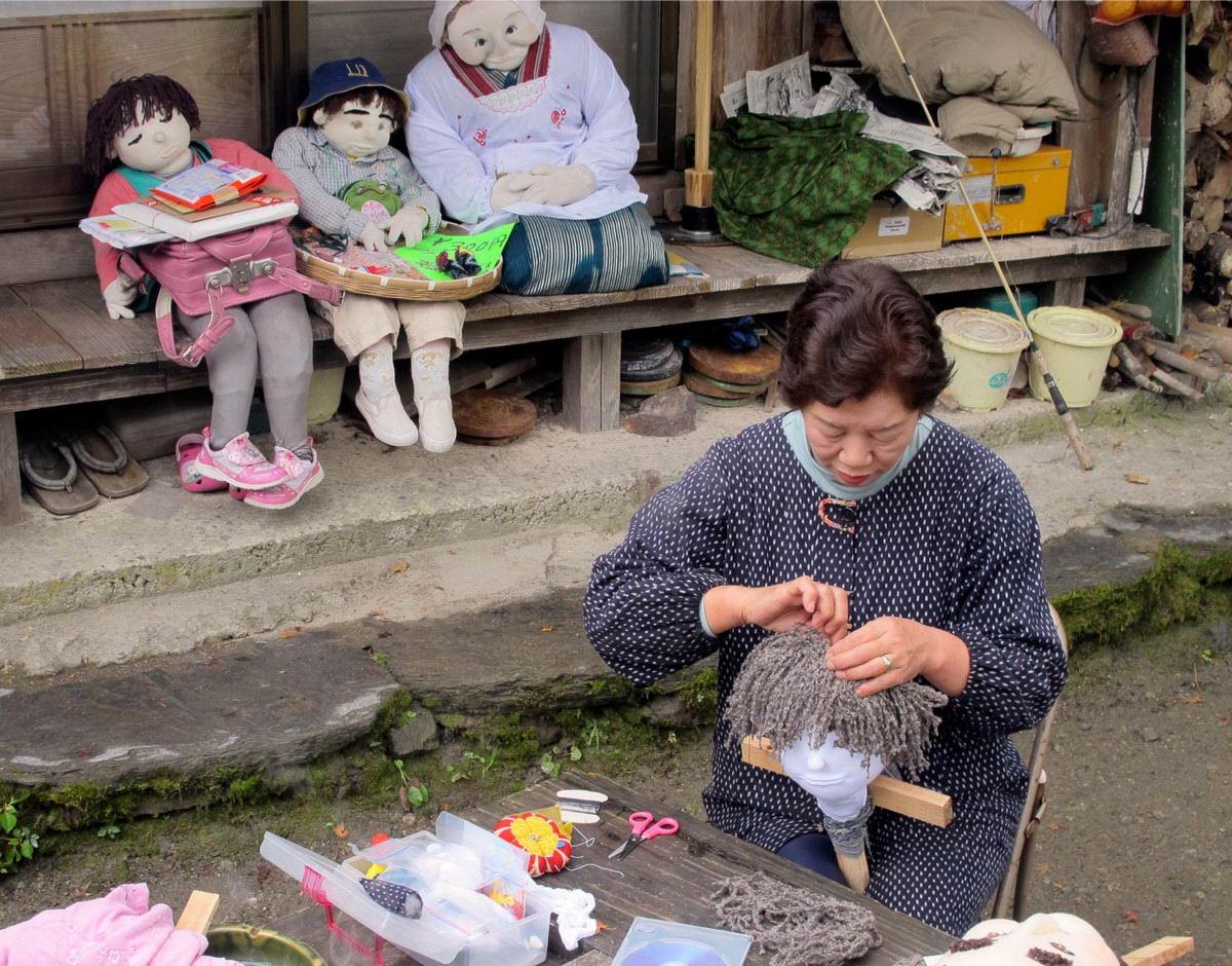 Японская деревня, где кукол больше, чем людей (25 фото)