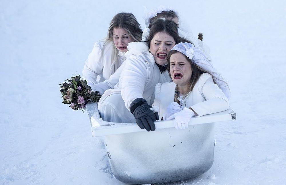 Костюмированные гонки в ванных на горнолыжном курорте в Швейцарии