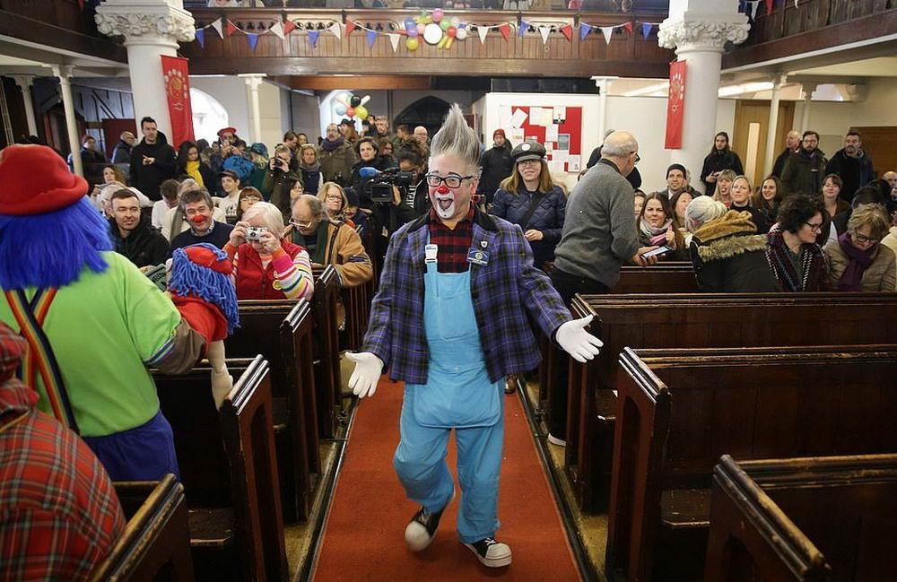 Десятки клоунов собрались в Лондоне на поминальную службу Гримальди (22 фото)