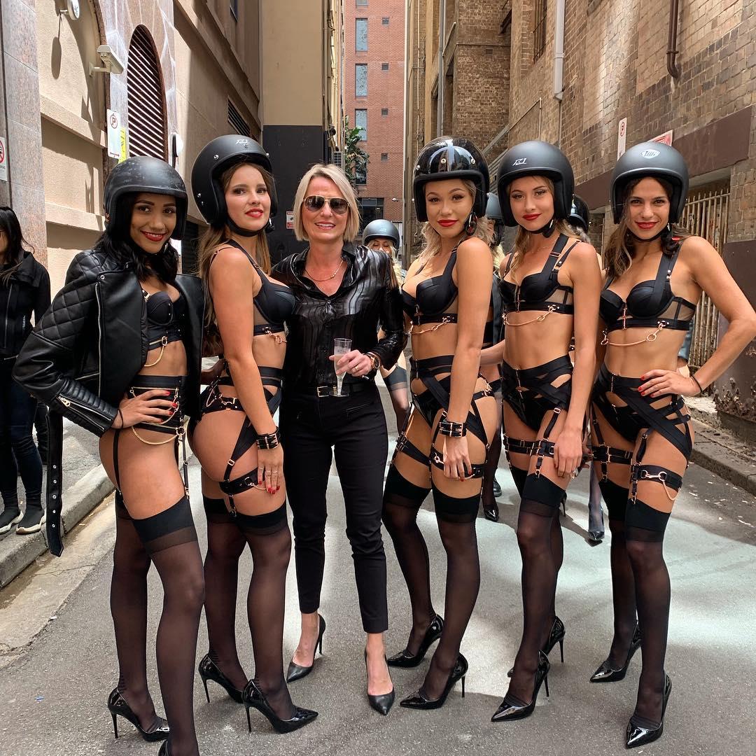 Девушки в нижнем белье проехали по Сиднею на мотоциклах (20 фото + видео)